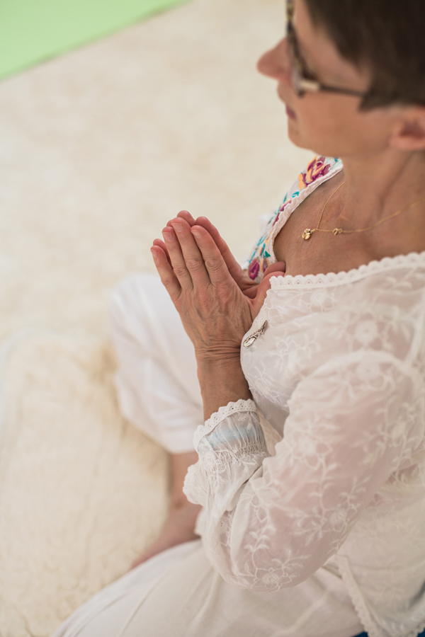 Agge sitter i lätt meditationsställning och tonar in MediYogapasset