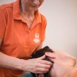 behandling massageterapi/NMT av nackens översta del